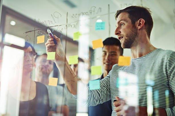 equipo creando estrategia de marketing automation